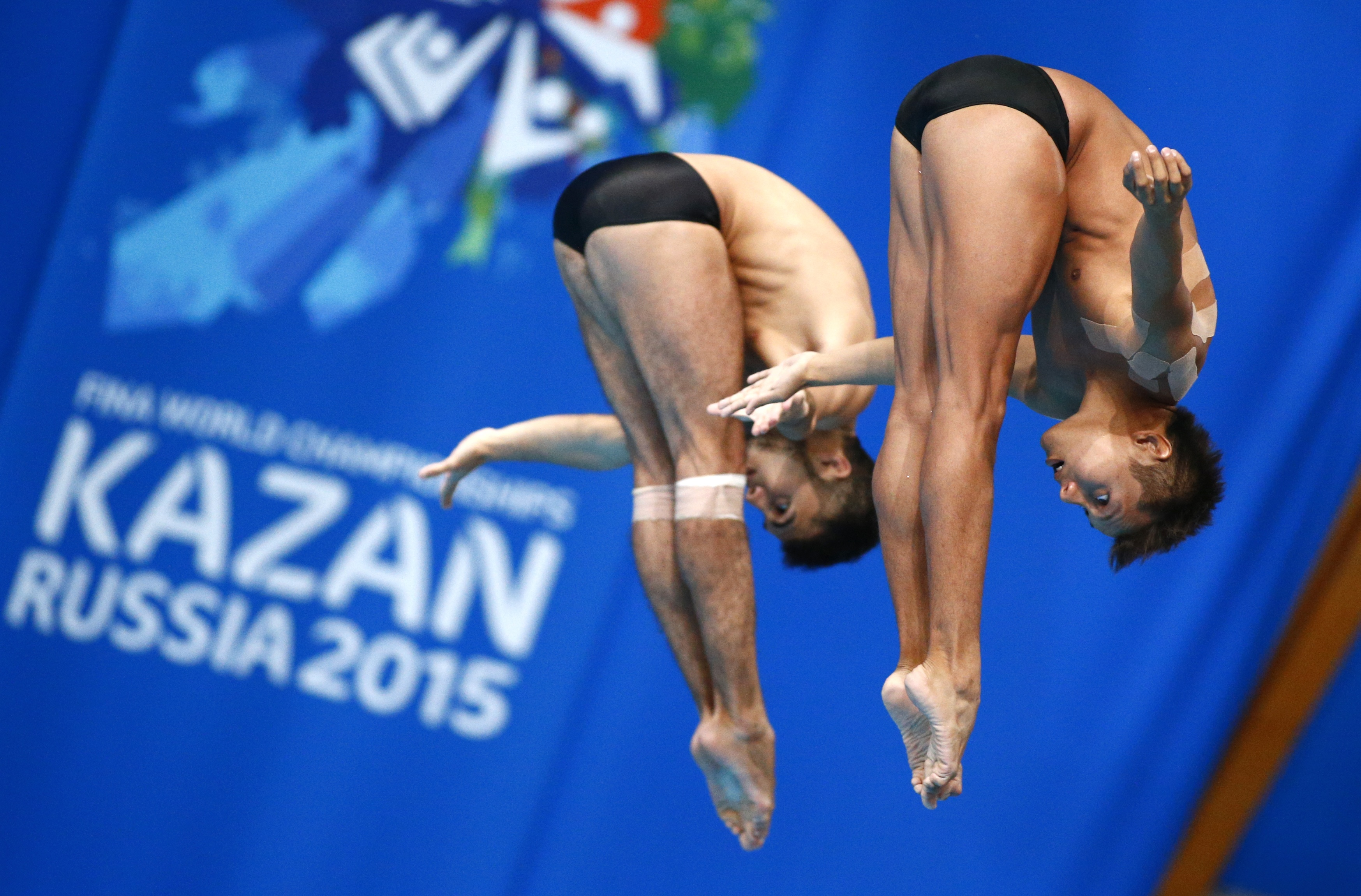 Mexico's silver medalists Ivan Garcia Navarro and German Saul Sanchez compete during the men's synchronised 10m platform diving final at the Swimming World Championships in Kazan, Russia, Sunday, July 26, 2015. (AP Photo / Sergei Grits)