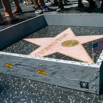 #GreatWall: Construyen el muro que merece Trump, alrededor de su estrella en Hollywood