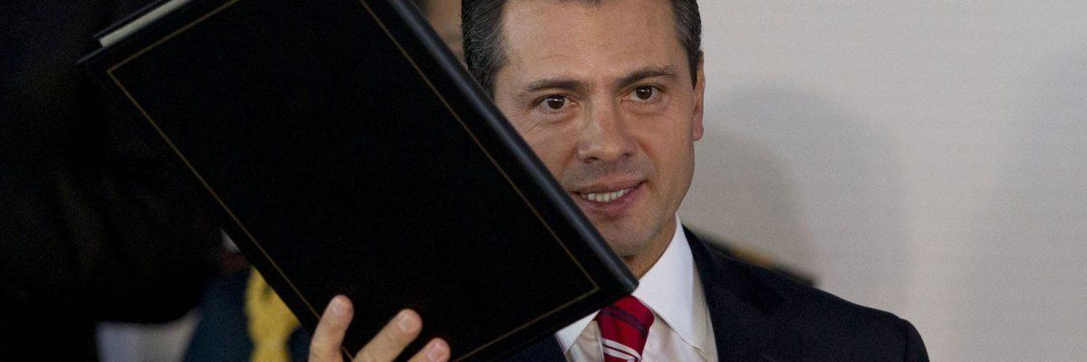 Exalumno de la UP pide que le retiren el título a Peña Nieto