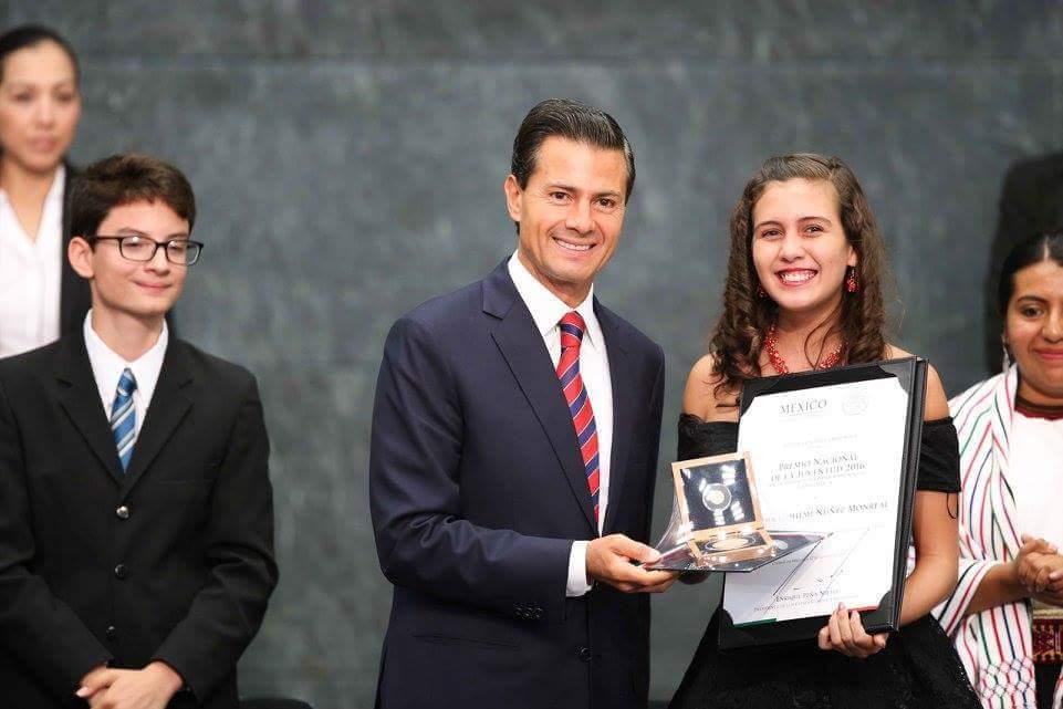 Claudia Monreal recibe el Premio Nacional de la Juventud