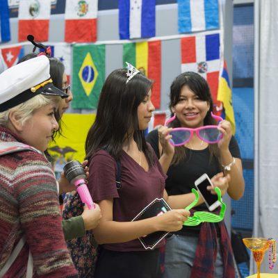 Los latinos también crecemos en sueldos y escolaridad