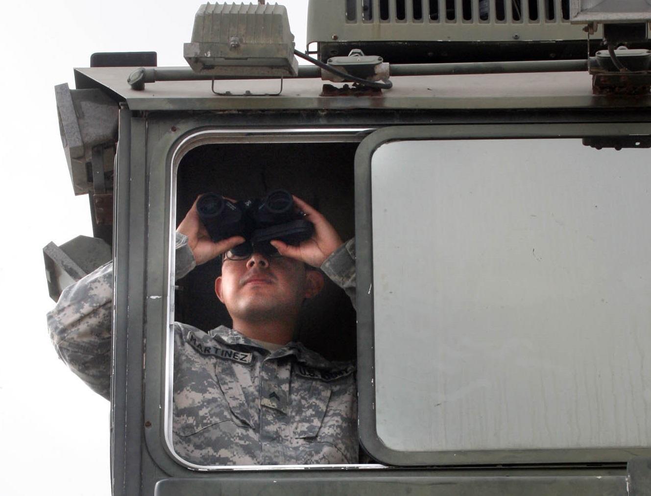 En esta foto del 19 de abril del 2011, el cabo Martínez, de la guardia Nacional, observa el terreno desde un puesto de vigía de la Patrulla Fronteriza, en Hidalgo, Texas. La Casa Blanca anunció el miércoles 1 de junio que extenderá por tres meses un emplazamiento de 1.200 efectivos en la frontera con México (AP Foto/Delcia López)