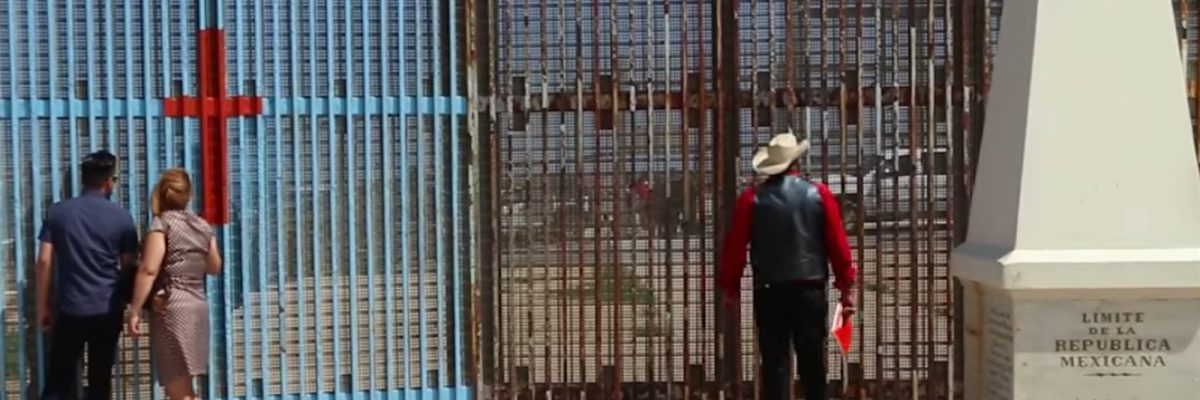 #BorderWall: A través del muro, este papá le lleva serenata a su hija