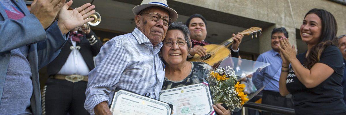 #NuncaEsTarde: Inmigrante de 91 años se naturalizó hoy para poder votar contra Trump