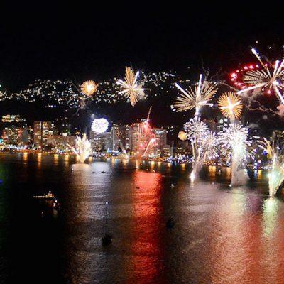 Fuegos artificiales para celebrar el fin de año en Acapulco