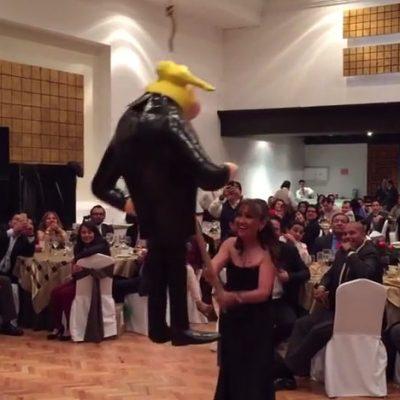 """#Patéticos: Senadores mexicanos se divierten gritando """"put$"""" y rompiendo piñata de Trump"""