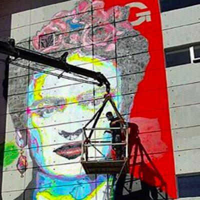 #ArteQueUne: Estadounidense pinta mural de Frida en tierra mexicana