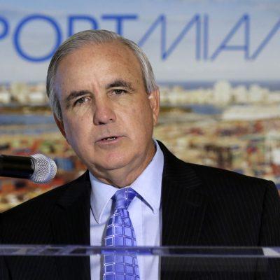 Carlos Gimenez - El alcalde de Miami es el primero que se raja frente a Trump y ayudará a