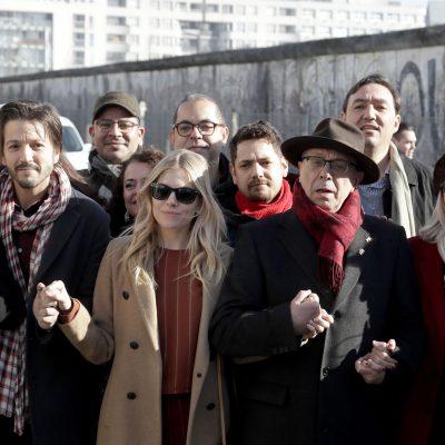 Diego Luna en el muro de Berlín