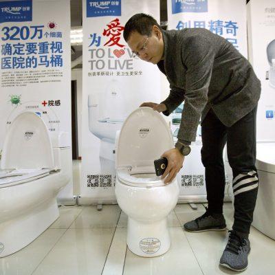 #TronoTrumpetero: Los chinos ponen el nombre de su enemigo comercial en un retrete
