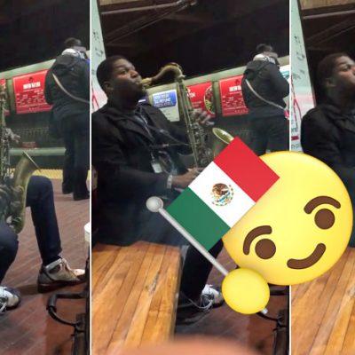 Saxofonista interpreta el himno mexicano