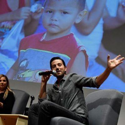 El actor mexicano quiere que los niños refugiados no pierdan su inocencia.