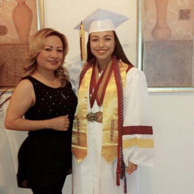Sus fotos de graduación no podían ser sin su madre.