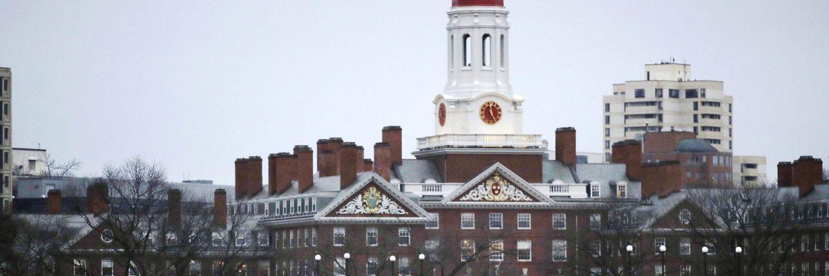 Harvard rechaza a 10 estudiantes por mensajes antimexicanos