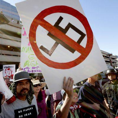 #SáqueseDeAquí: Miles repudian a Trump en su visita a Arizona