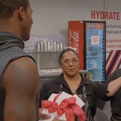 Deshaun Watson, 'Quarterback' de los Texans, entrega su primer cheque a empleadas latinas afectadas por Harvey