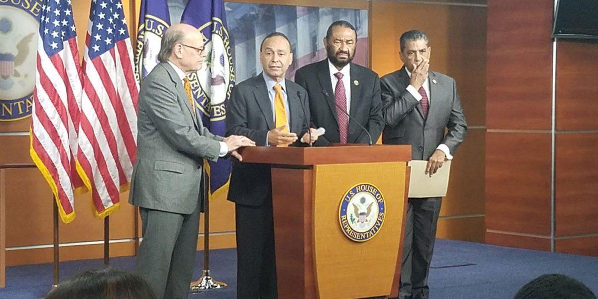 #DenleDuro: Presentan congresistas hispanos artículos para echar a Trump