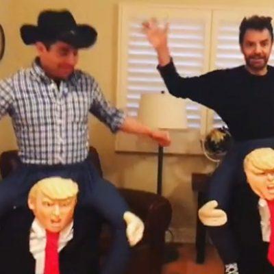 Eugenio Derbez y Omar Chaparro con sus disfraces de Donald Trump