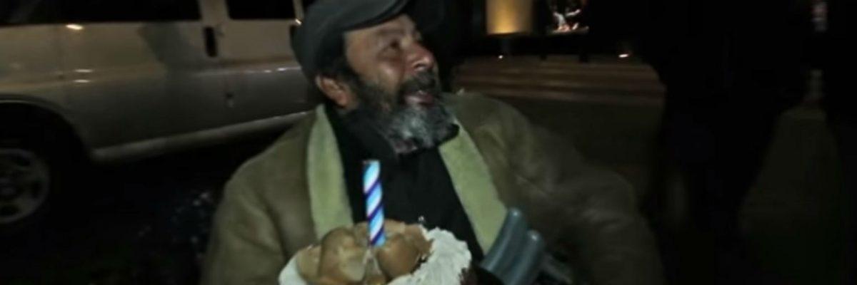 Chavos mexicanos festejan el cumple de un hombre sin hogar, pero él hizo algo todavía más increíble