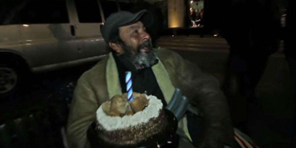 Festejan cumpleaños de hombre sin hogar
