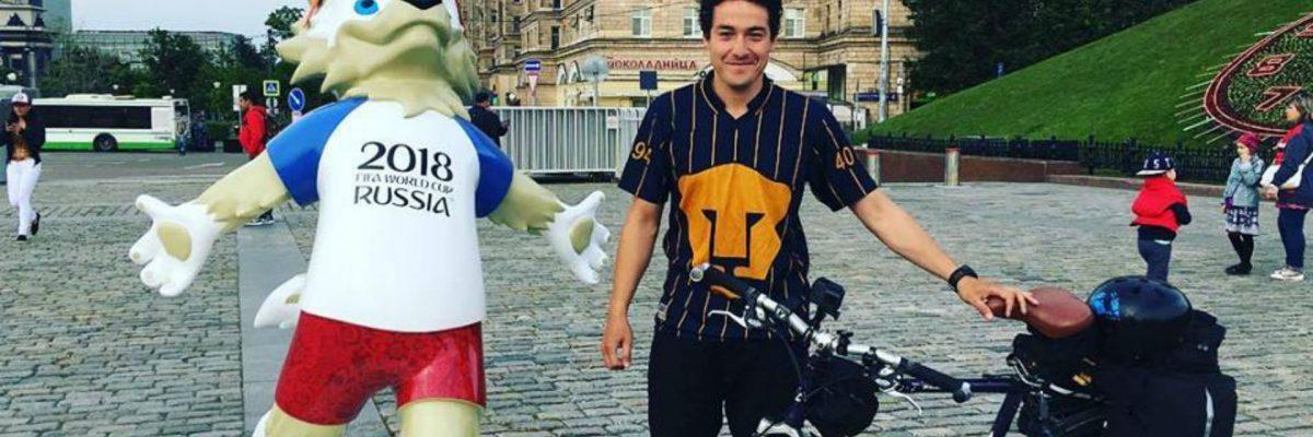 Este mexicano renunció a su trabajo, tomó su bici y se fue pedaleando a Rusia