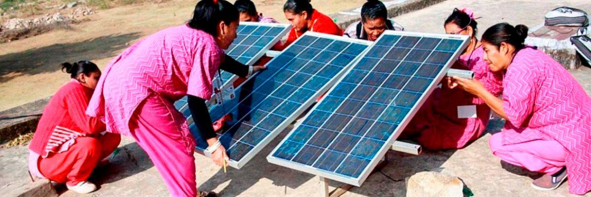 Las 'abuelas solares' que devolvieron la luz a su comunidad sin ayuda del gobierno