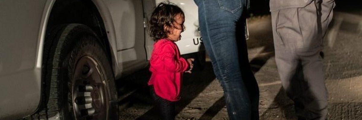 La desgracia de la frontera; gana premio foto de niña llorando en frontera
