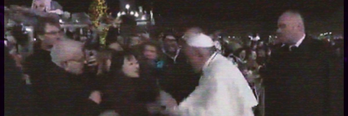 Mujer busca saludar al Papa Francisco pero este le da tremendo manotazo