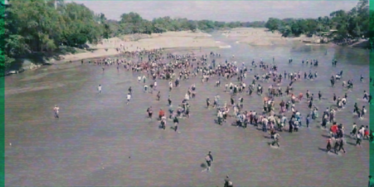 #TensiónMigrante: Caravana de migrantes intenta cruzar río en México; Policía los detiene